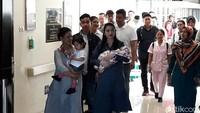 Ibu Negara Iriana Jokowi nampak menggendong Sedah Mirah saat mendampingi Selvi Ananda dan cucu ketiganya meninggalkan rumah sakit.