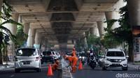 Suasana lalu lintas tampak ramai lancar saat Pasukan Oranye melakukan pengecatan pembatas jalan.