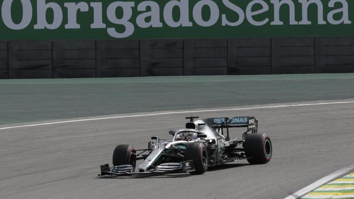 Podium tiga Lewis Hamilton dilucuti karena mendapat penalti lima detik. (Foto: Silvia Izquierdo/AP Photo)