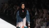 12 Koleksi Busana Terbaru Zaskia Sungkar yang Bertema Street Style