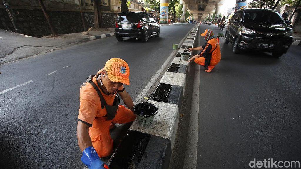 Pasukan Oranye Cat Pembatas Jalan