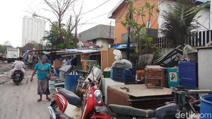 Warga Sunter Perkasa, Jakut, bertahan di lokasi penggusuran. (Farih/detikcom)