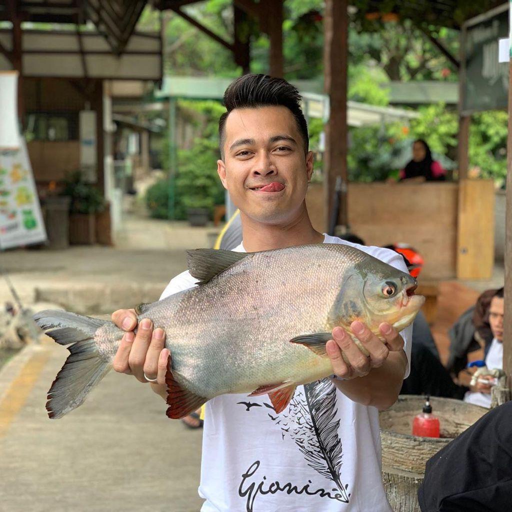 Selain Hobi Koleksi Ikan Hias, Eza Gionino Juga Hobi Ngemil Keripik