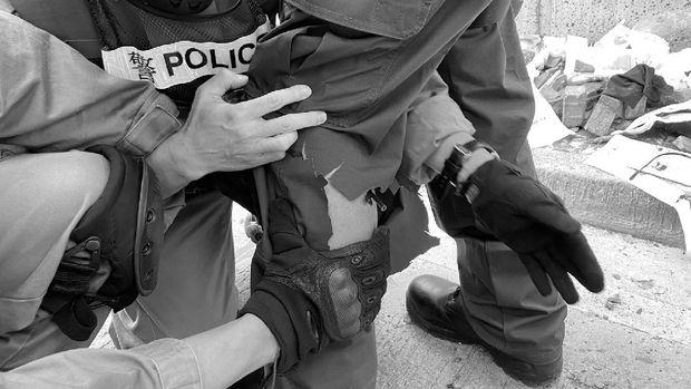 Seorang polisi Hong Kong terkena anak panah yang ditembakkan demonstran