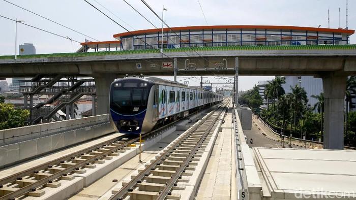 Pembangunan jembatan penghubung Stasiun MRT ASEAN dengan TransJakarta CSW sedang berlangsung. Jembatan itu akan integrasikan dua transportasi publik tersebut.