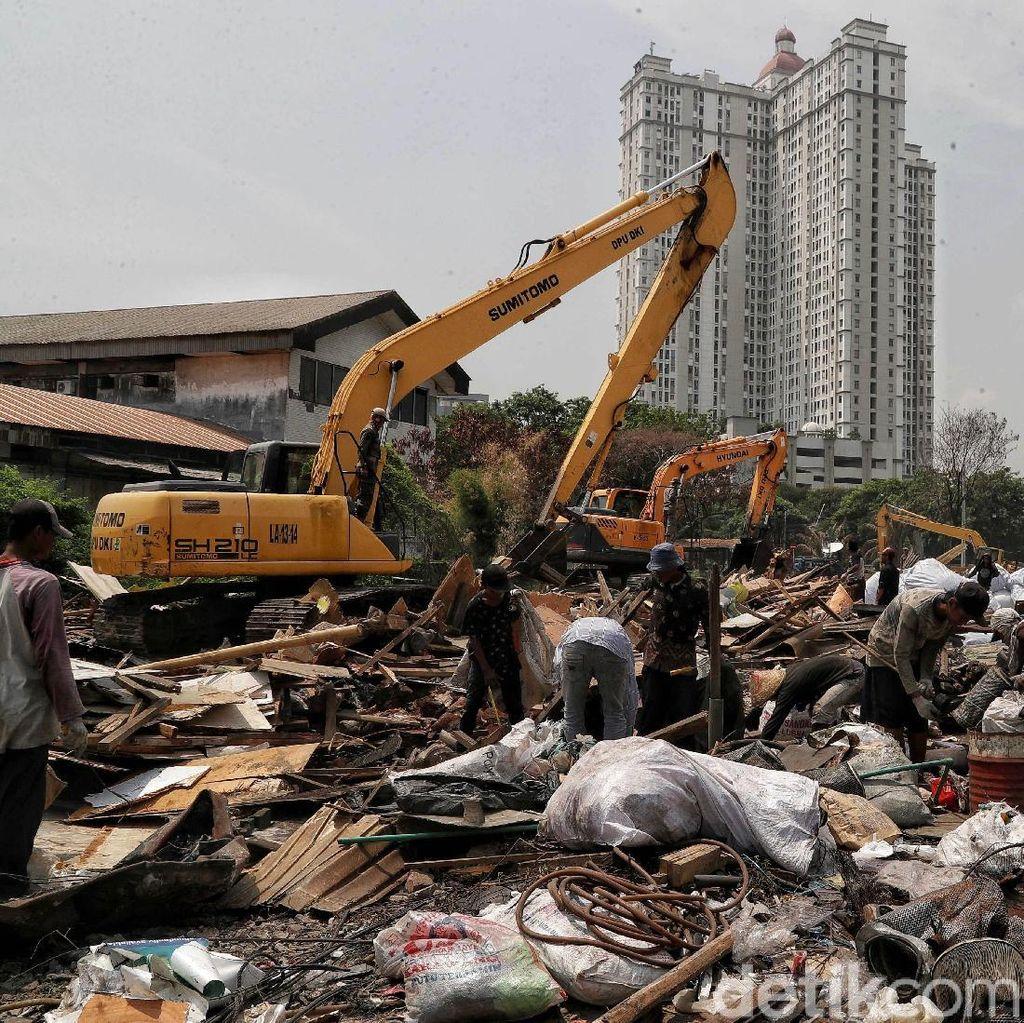 Melihat Aktivitas Eskavator Menggusur Bangunan Liar di Sunter