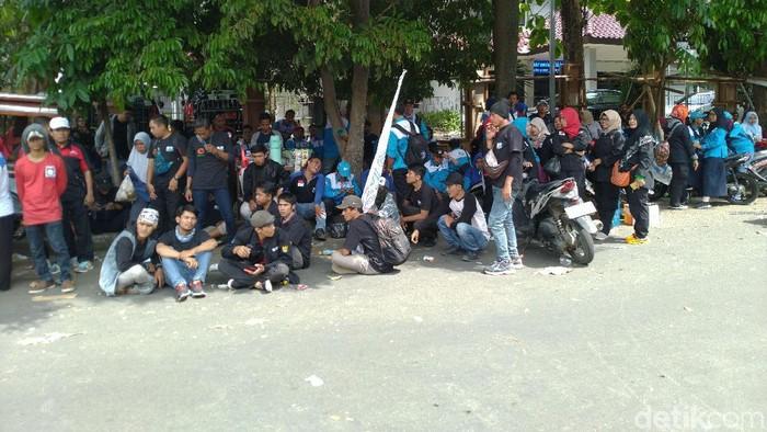 Foto: Demo buruh di depan Disnaker Kabupaten Bogor (Sachril Agustin Berutu/detikcom)