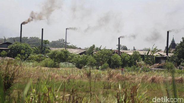 Asap hitam hasil pembakaran sampah plastik impor mengepul dari cerobong