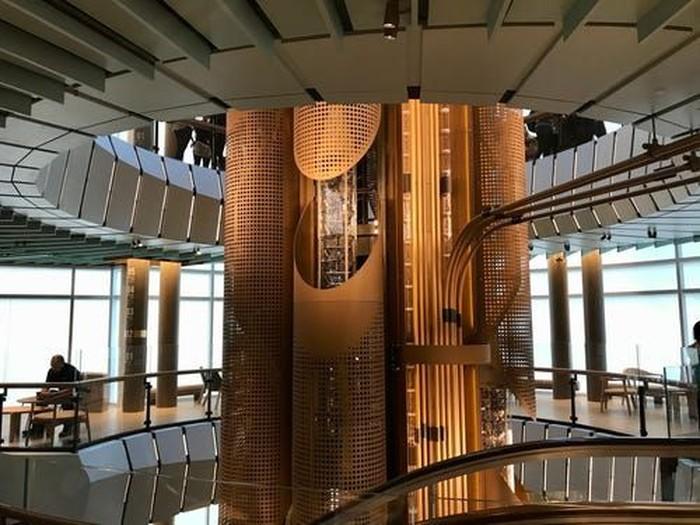 Lift untuk menuju ke setiap lantainya berbentuk unik dan terlihat mewah.Foto: Istimewa