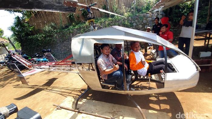 Tim dari Lapan melihat langsung helikopter buatan Jujun di Sukabumi. (Syahdan Alamsyah/detikcom)