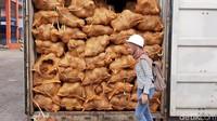 Diakui Nasir, dia sudah sering mengirim kelapa ke beberapa negara seperti Tiongkok dan Thailand. Namun baru kali ini ada penolakan dalam jumlah besar.