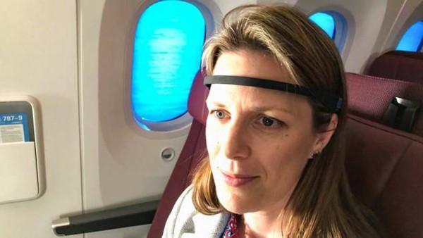 Obat atau cara mengatasi jet lag masih belum ditemukan meski usia penerbangan sudah lebih dari setengah abad. Ada berbagai cara yang bisa dilakukan seperti memakai ikat kepala khusus, menyinari mata dengan cahaya biru, obat yang berefek samping. Fakta bahwa dasar jet lag masih belum dipetakan oleh ilmuwan di kabin QF7879 (Foto: Qantas/CNN)