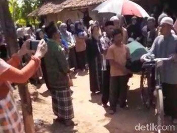 Jenazah diantar ke makam menggunakan sepeda. (Foto: tangkapan layar video viral warga)