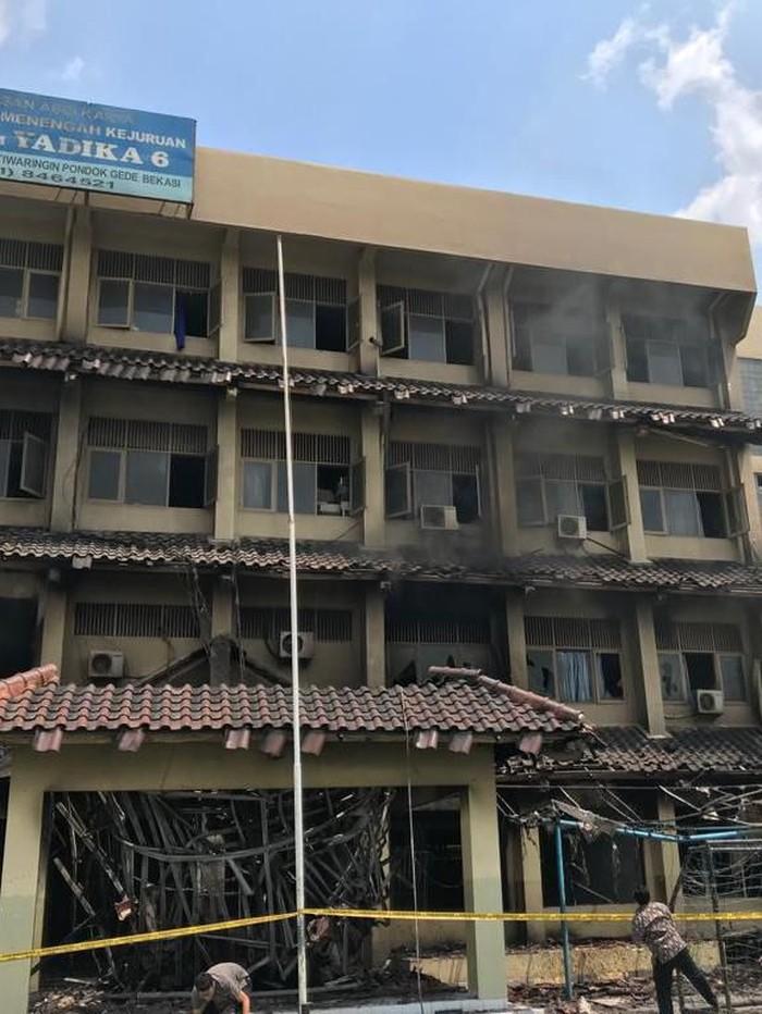 Foto: Api kembali menyala di SMK Yadika 6 Bekasi (Rolando)