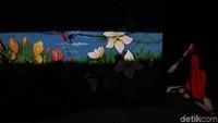 Mural yang menghiasi dinding kawasan di utara Ibu Kota ini pun beraneka ragam, ada yang bertema alam, seperti di kawasan Kalibaru, Cilincing, ada pula yang bertema edukasi seperti yang dapat ditemukan di kawasan Koja, Jakarta Utara.