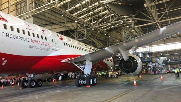 Penerbangan pesawat bernomor QF7879 ini memberi wawasan tentang dunia aviasi terkini dan di masa depan.787 dapat menghemat bahan bakar 20% per kursinya dibanding 747 dan berimbas pada keuntungan (Foto: Qantas/CNN)