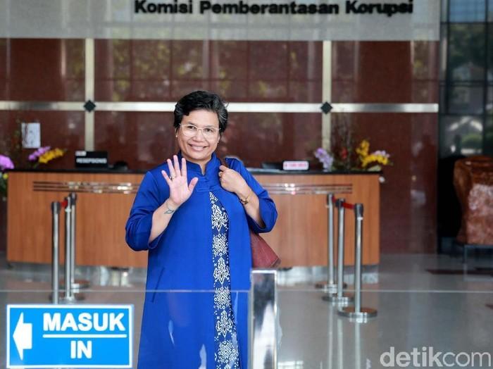 Pimpinan KPK terpilih, Lili Pintauli Siregar dan Nurul Ghufron berada di Gedung KPK, Jakarta. Mereka datang untuk beradaptasi dan bersilaturahmi dengan pegawai KPK.