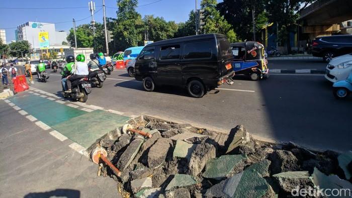 Jalur sepeda di Cikini dibongkar. (Jefrie/detikcom)