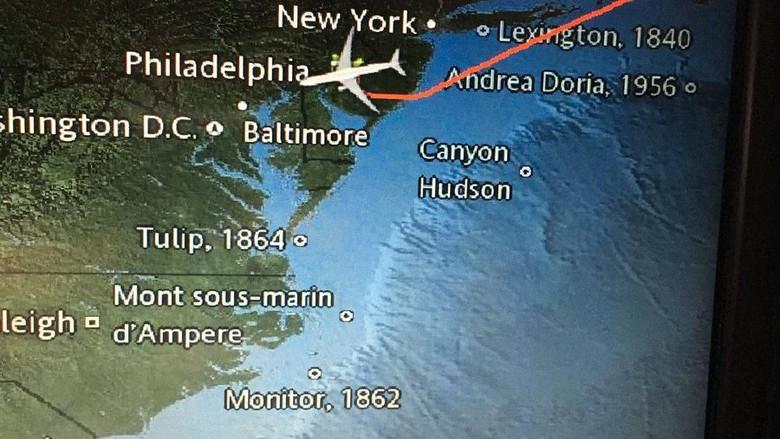 Tampilan lokasi kapal karam di layar pesawat (@caleweissman/Twitter)