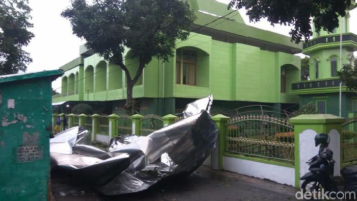 Kubah Masjid ABRI di Cimahi terbang tersapu hujan angin, Selasa (19/11/2019) sore. (Yudha Maulana/detikcom)
