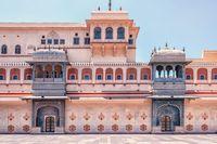 Pesona Kota Merah Jambu di Segitiga Emas India