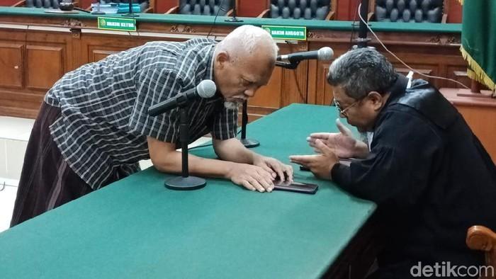 Mantan Kepala Inspektorat Bojonegoro berdiskusi dengan kuasa hukumnya (Amir Baihaqi/detikcom)