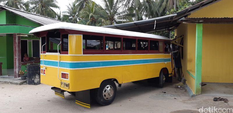Dijelaskan, Oki Supriadi, salah satu staf Dinas Pariwisata Karimun, bus ini memang didesain bagi pekerja timah. Kini, bus itu jadi daya tarik wisata di Pulau Karimunbesar (Foto: Ahmad Masaul Khoiri/detikcom)