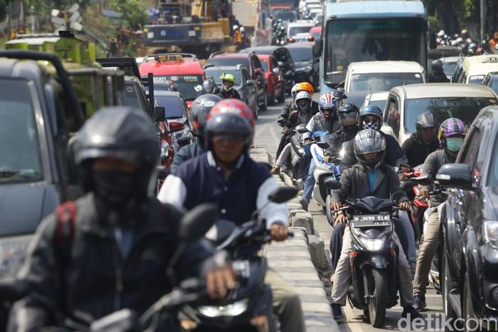 Kemacetan parah terjadi di Jalan Lenteng Agung hingga Jalan Pasar Minggu Raya, imbas pembangunan flyover.