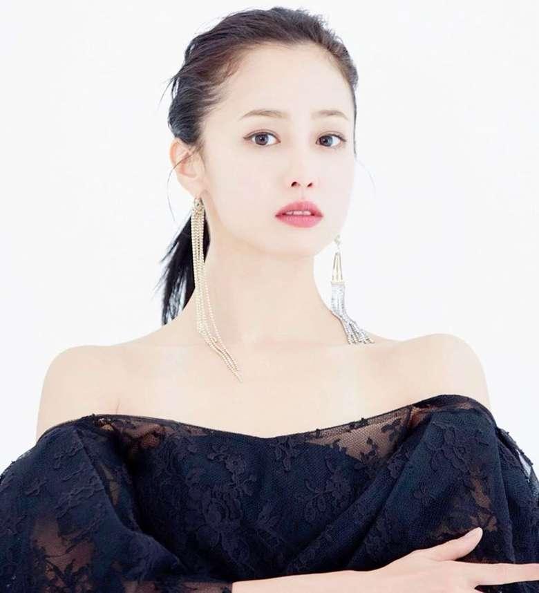 Erika mulai dikenal lewat perannya sebagai Aya Kito di drama TV Jepang, 1 Litre of Tears. Wanita 33 tahun ini lahir dari ibu berdarah Aljazair-Prancis dan ayah berkebangsaan Jepang. Foto: Instagram erika.sawajiri.erika