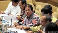 Menteri ATR/BPN Sofyan Djalil menghadiri rapat kerja (raker) bersama Komisi II DPR di Kompleks Parlemen, Senayan, Jakarta, Selasa (19/11/2019).