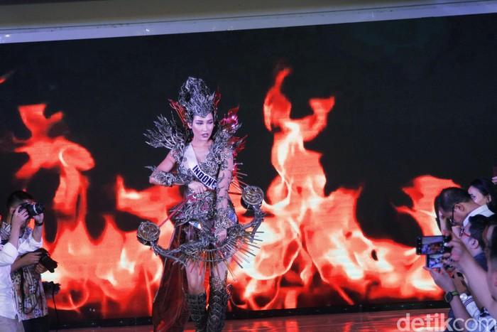 Kostum nasional Puteri Indonesia 2019 Frederika Alexis Cull untuk Miss Universe 2019. Foto: Mohammad Abduh/detikcom