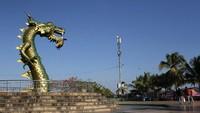 Uniknya, patung kepala naga setinggi tujuh meter itu memiliki ekor yang terpisah berjarak lima kilometer.