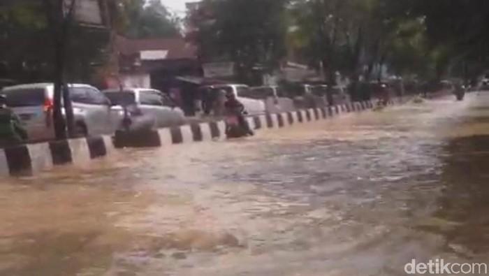 Foto: Yovanda-detikcom/Banjir di Jl DI Panjaitan Kota Samarinda, Kaltim, Selasa (19/11/2019)