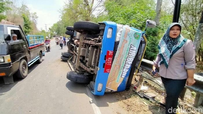 Mobil tangki BPBD Trenggalek terguling. (Adhar Muttaqin/detikcom)