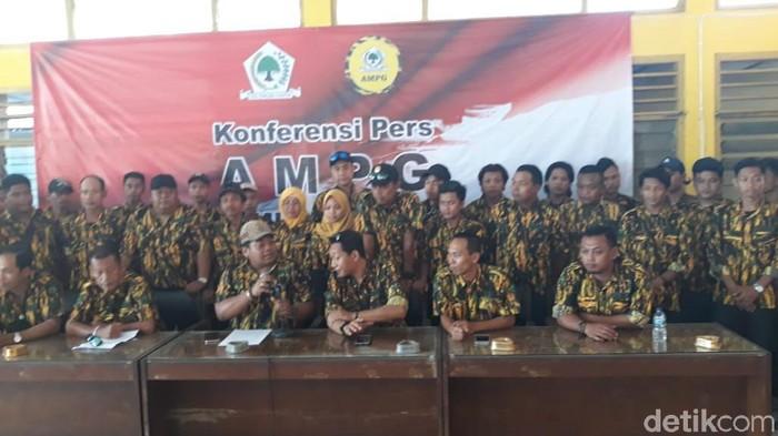 Empat Pimpinan Daerah Angkatan Muda Partai Golkar (AMPG) saat jumpa pers di kantor DPD Golkar Kulon Progo, Selasa (19/11/2019). (Pradito Rida Pertana/detikcom)