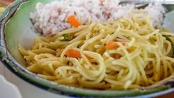 Makan Mi Instan Pakai Nasi? Boleh Kok, Begini Agar Kalorinya Seimbang