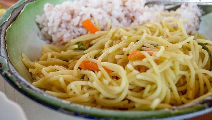 Makan mi instan pakai nasi sungguh sebuah kenikmatan yang hakiki (Foto: iStock)