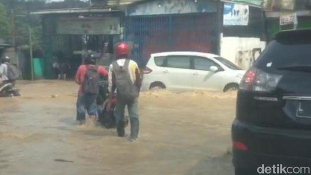Banjir di Jl DI Panjaitan Kota Samarinda, Kaltim, Selasa (19/11/2019)