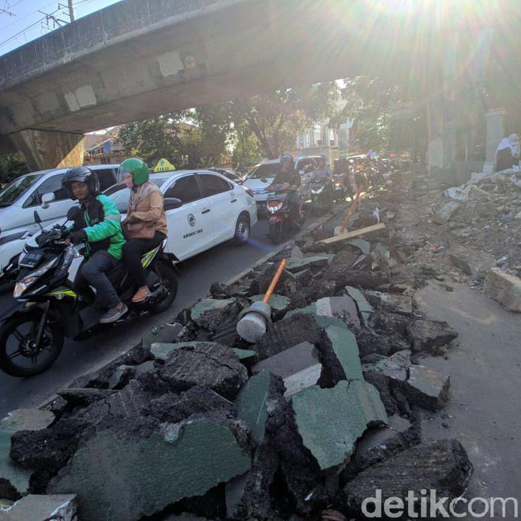 Jalur Sepeda Cikini Dibongkar Demi Trotoar, Bongkahan Aspal-Beton Berantakan