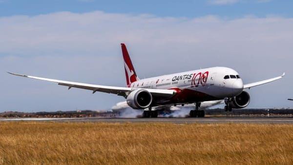 Pesawat tiba di Sydneydari penerbangan terpanjang di dunia. Penerbangan Qantas itu memecahkan rekor dengan durasi di udara selama 19 jam dan 19 menit (Foto: Qantas/CNN)