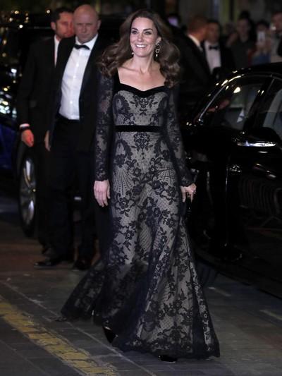 Kate Middleton mengenakan gaun keluaran Alexander McQueen yang kini digawangi creative director Sarah Burton.Foto: Getty Images