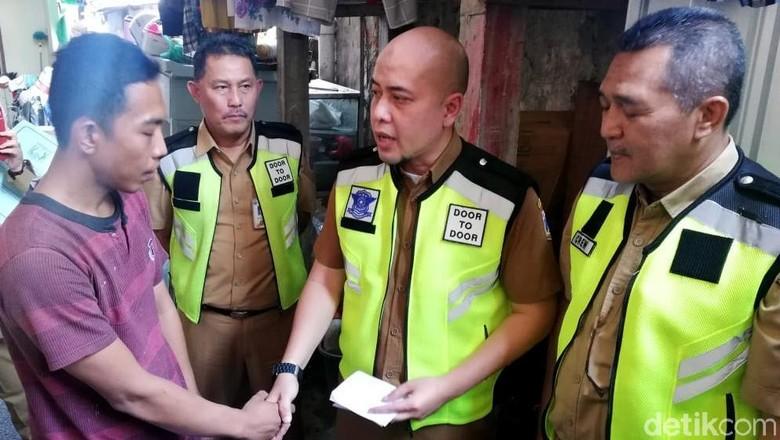 Dimas saat didatangi petugas di rumahnya di Jakarta Barat Foto: Rizki Pratama