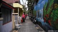 Penampakan mural yang menghiasi salah satu dinding di kawasan permukiman padat penduduk di Kalibaru, Cilincing, Jakarta Utara.