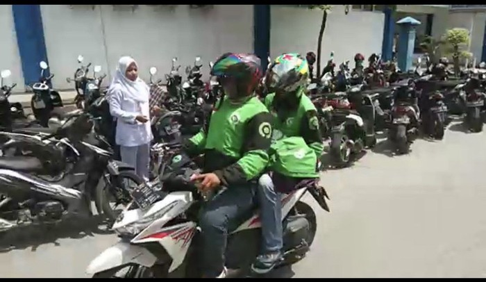 Viral ojol di Padang membawa lari jenazah bayi dari rumah sakit. (Foto: dok. Istimewa)