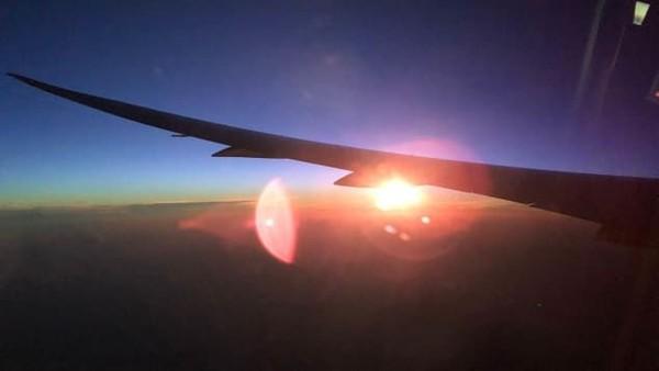 Lainnya, ada begitu banyak hal terjadi saat terbang selama 19 jam di ketinggian 40.000 kaki. QF7879 memecahkan rekor dan Anda bisa menyaksikan dua matahari terbit secara terpisah dalam satu perjalanan (Foto: Qantas/CNN)