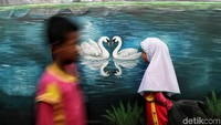 Dibutuhkan waktu kurang lebih satu bulan untuk membuat mural yang menghiasi dinding di kawasan Kalibaru, Cilincing, tersebut.