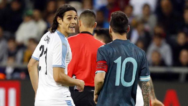 Edinson Cavani diklaim mengajak Lionel Messi berkelahi.