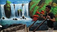 Menurut warga, mural tersebut dibuat oleh pihak Kelurahan Kalibaru.