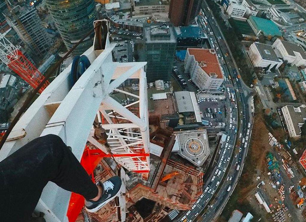 Pavlo Gennadiyovich Ushivets atau naman online-nya Mustang Wanted jadi cukup terkenal karena melakukan aksi ekstrim di ketinggian. Foto: Instagram