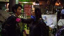 Para Orang Tua Menunggu Demonstran yang Terjebak di Kampus Hong Kong